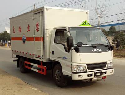 江铃2.6吨腐蚀性物品厢式运输车